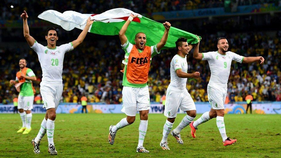 Celebración histórica de los argelinos tras clasificar por primera vez a la segunda fase de un mundial.