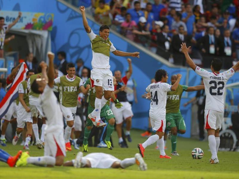 GRAN SORPRESA. La selección de Costa Rica se tumbó a tres gigantes del fútbol mundial. Derrotó a Uruguay e Italia clasificando a octavos de final  y además sacó del mundial indirectamente  a Inglaterra.
