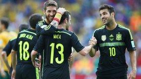 TRISTE DESPEDIDA DEL CAMPEÓN MUNDIAL. Los futbolistas de la selección española celebran uno de los goles ante Australia.