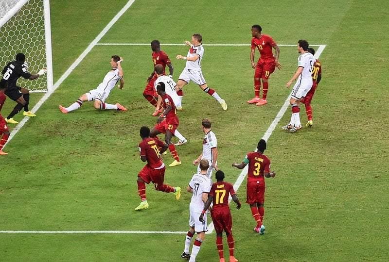 Miroslav Klose (frente al arquero) se estiró para marcar el gol con el que se convirtió en uno de los máximos goleadores – junto al brasileño Ronaldo – en la historia de los mundiales.