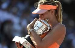 María Sharapova posa orgullosa con su trofeo al conquistar el Grand Slam de Paris.