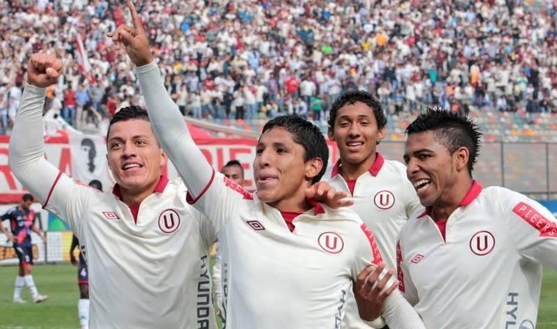 Raúl Ruidíaz celebra con sus compañeros uno de los goles del triunfo crema.