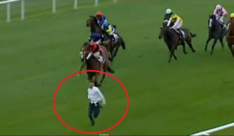 [VIDEO] De locura: Hombre se mete en carrera de caballos y compite