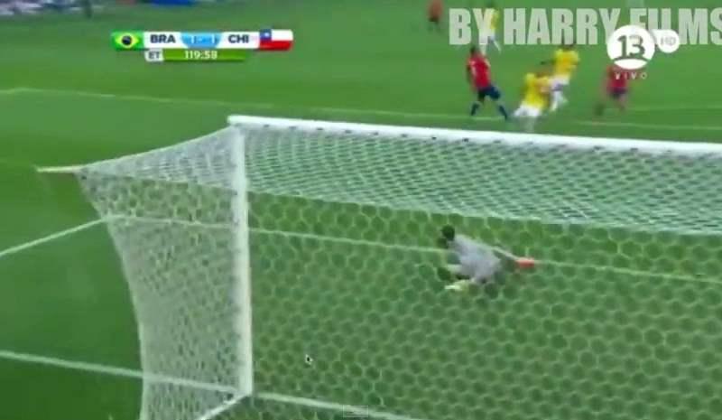 [VIDEO] Chilenos convirtieron en gol el tiro fallido de Pinilla ante Brasil