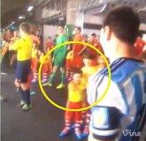 [VIDEO] ¿Otra vez Lionel Messi le negó el saludo a un niño?