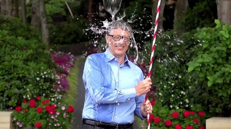[VIDEO] Bill Gates se bañó con agua helada tras desafío de Zuckerberg