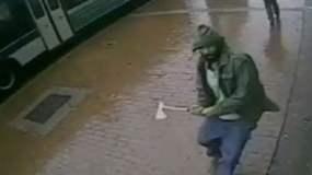 [VIDEO] Impactante: Hombre ataca con hacha a policías en Nueva York