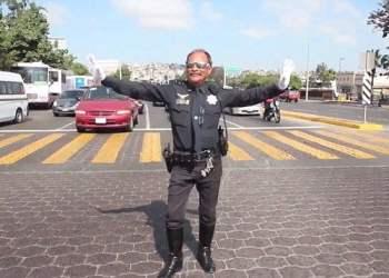 [VIDEO] Al ritmo de Michael Jackson este policía dirige el tránsito