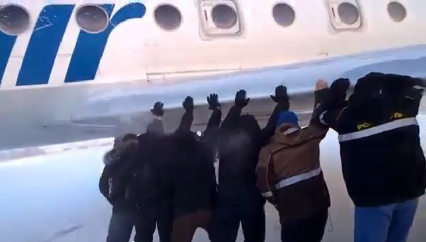 [VIDEO] Impactante: Siberianos empujan avión para que despegue