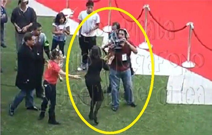 [VIDEO] Florinda Meza pierde los papeles y casi golpea camarógrafo