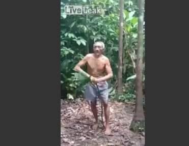 [VIDEO] Tarzán se reencarnó en este anciano que salta y trepa habilmente