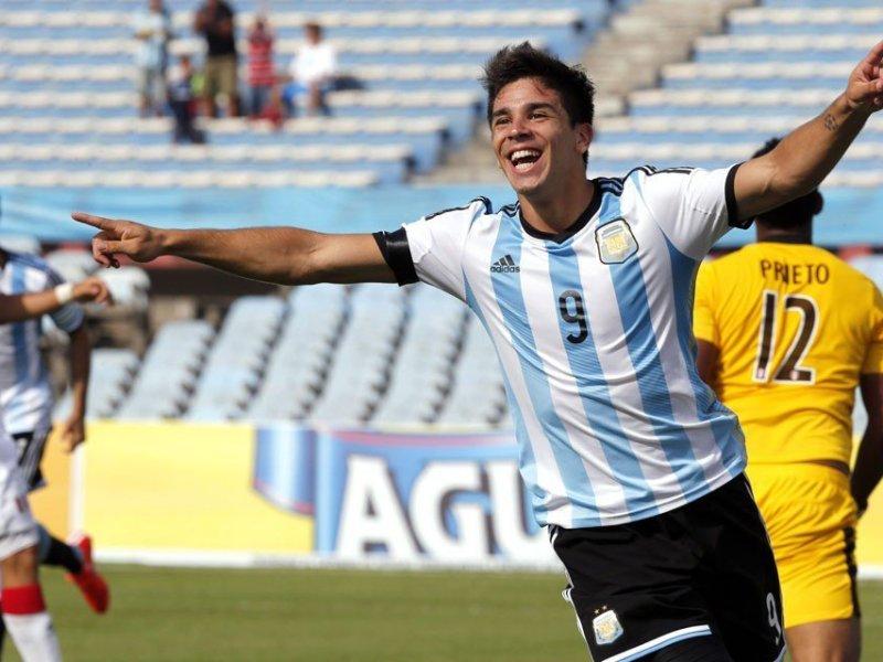 Giovanni Simeone celebró al minuto el primer tanto argentino sobre Perú.