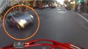 [VIDEO] Impactante: Iba en moto, lo choca un auto y cae de pie