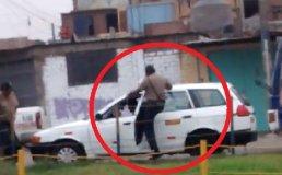 [VIDEO] Otra agresión policial: Efectivos patean vehículo de taxista