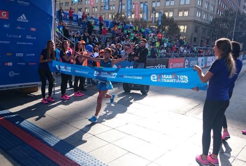 La peruana Inés Melchor cruza la meta y hace historia en la Maratón de Santiago