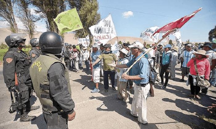 La población acata un paro rechazando las operaciones de la minera (Foto La República)