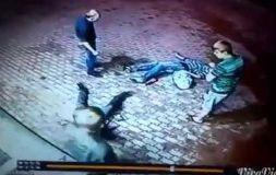 YouTube: Anciano golpeó a un par de ebrios en Rusia [VIDEO]