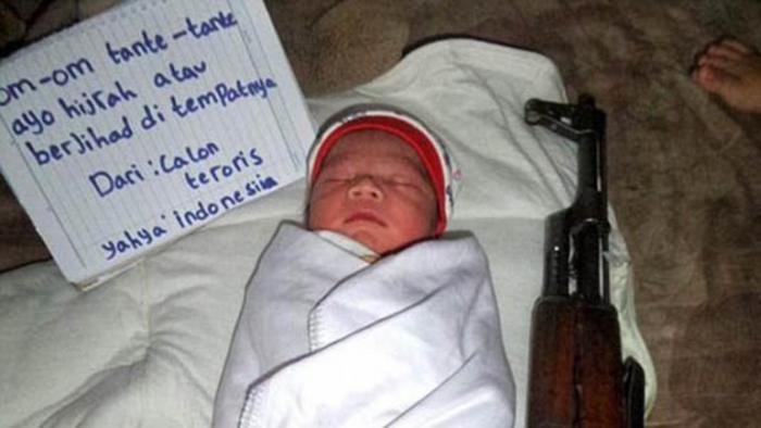 ISIS  esta vez utilizó la imagen de un recién nacido acostado al lado de una granad