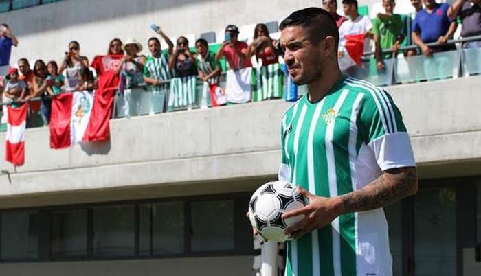 El peruano Vargas fue presentado en el Betis y algunos compatriotas fueron a darle su aliento.