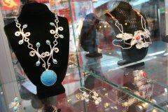El oro es la principal materia prima empleada para elaborar joyas en el Perú.