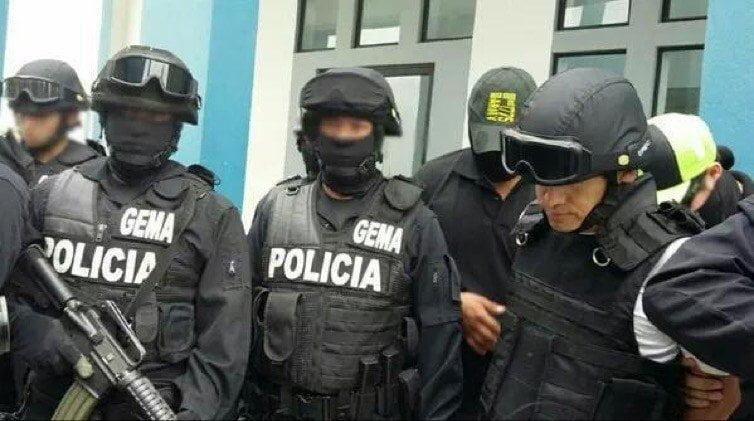 Gerald Oropeza trasladado con casco y chaleco antibalas