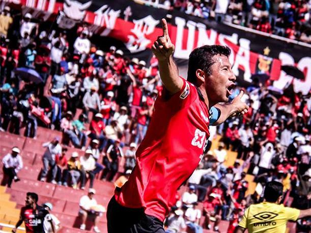 Ysrael Zúñiga celebra el gol del triunfo de Melgar de Arequipa.