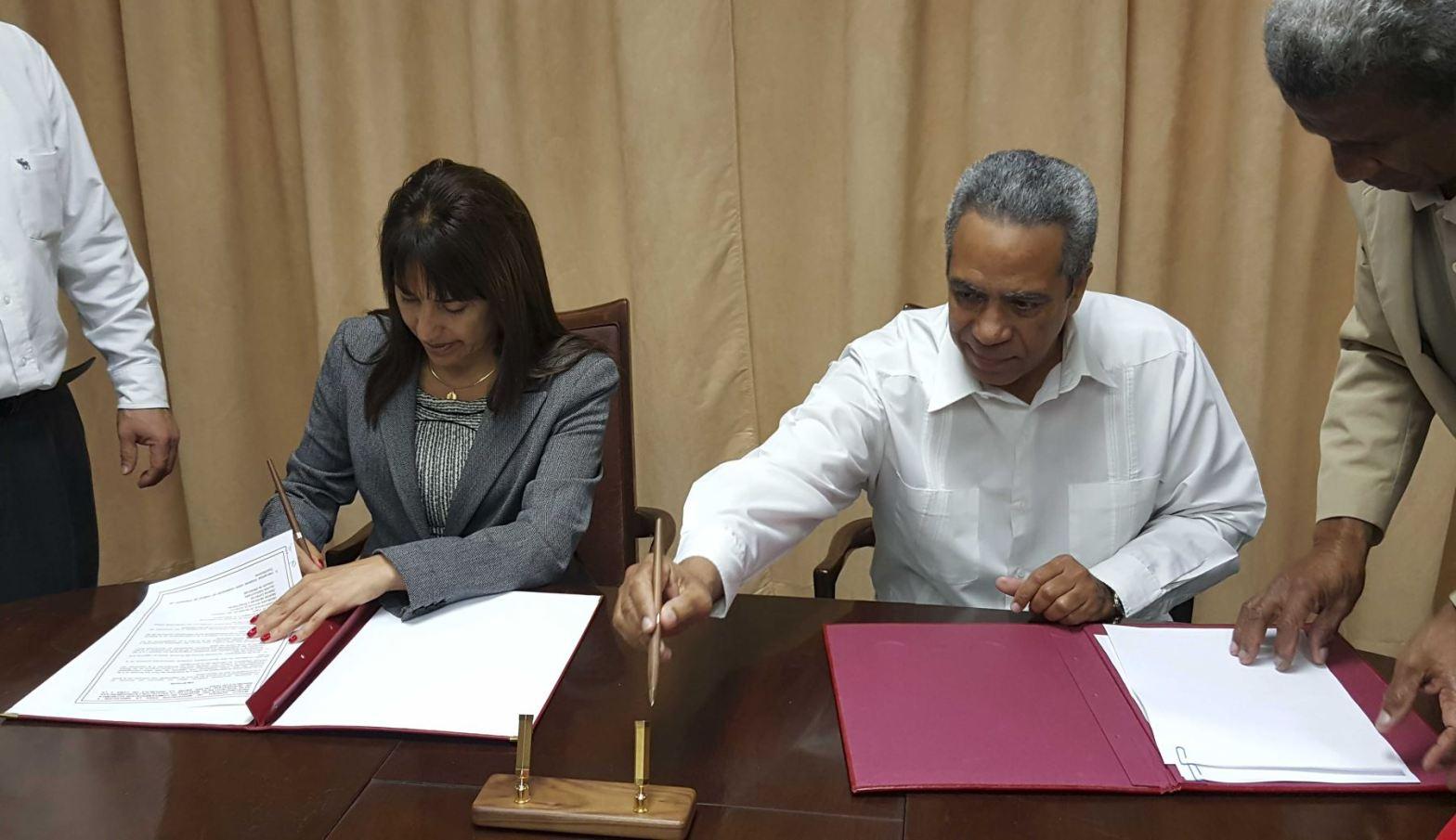 Autoridades del comercio exterior peruano y cubano firman acuerdo para profundizar intercambio comercial.