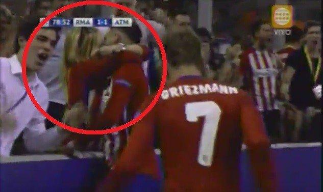 Yannick Carrasco besa a su novia