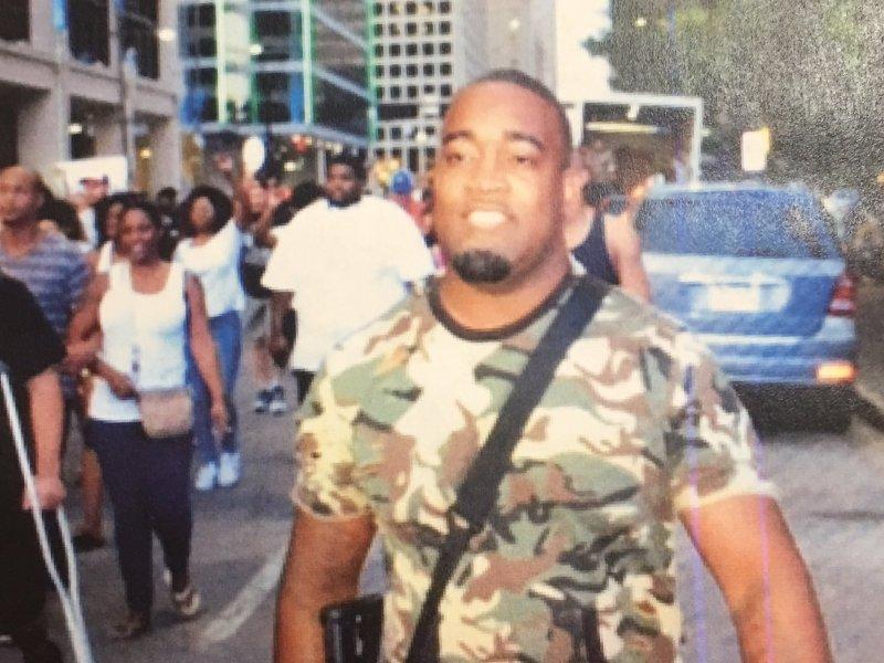 Publican foto de sospechoso de matar a policías en Dallas