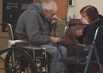 Emotivo: se reúne pareja de ancianos obligados a vivir separados