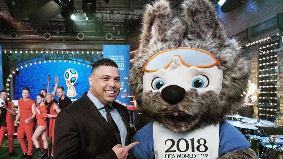 El brasileño Ronaldo posa con lobo Zabivaka, la mascota del mundial Rusia 2018.