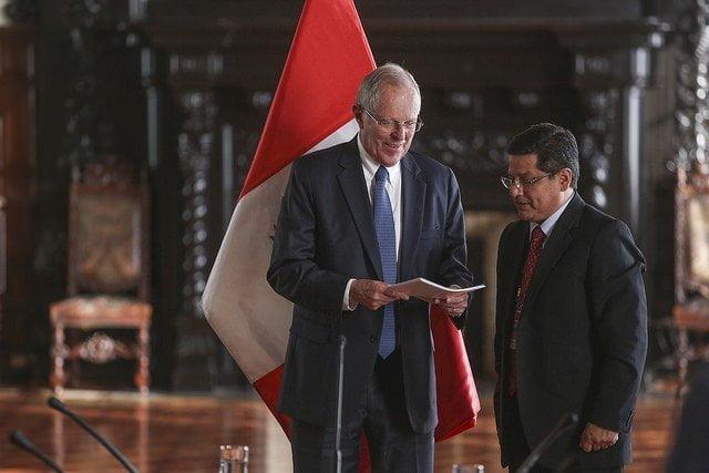 El presidente Kuczynski recibió el informe de manos de Eduardo Vega.