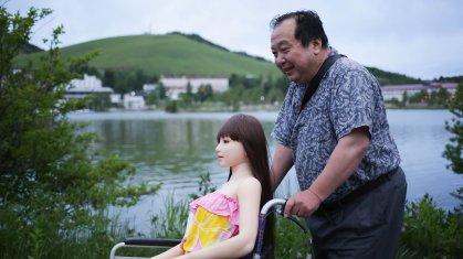 """La historia del empresario japonés que dejó a su esposa por una """"muñeca de amor"""" de silicona"""