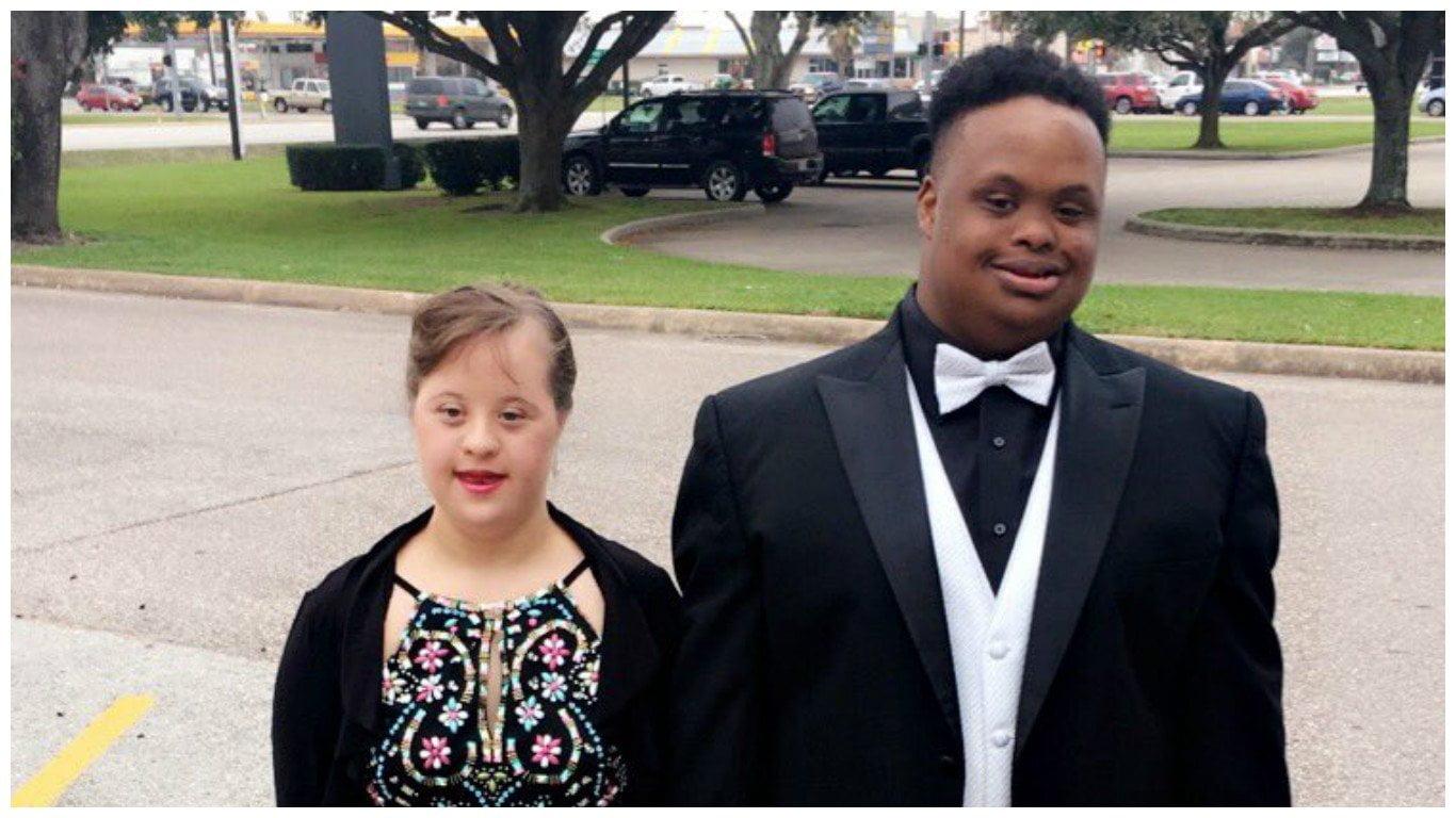 Twitter: volvió viral esta foto de su hermano con su cita por esta razón