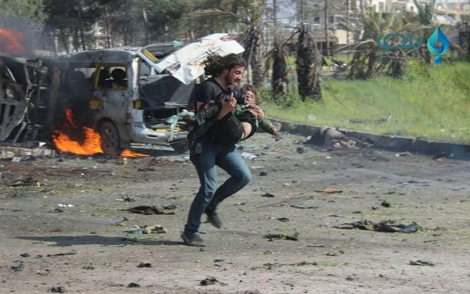 Es así que el gráfico Abd Alkader Habak dejó la cámara e ingresó entre el humo y el fuego para retirar a varias víctimas