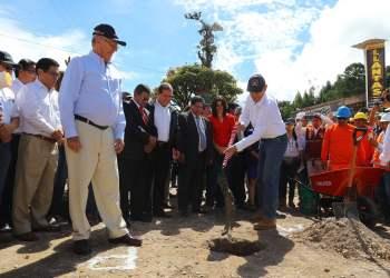 El presidente Kuczynski dio inicio a la rehabilitación del corredor vial en Oxapampa.