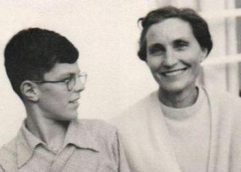 El presidente Kuczynski en una foto de niño junto a su señora madre, Madeleine Godard.