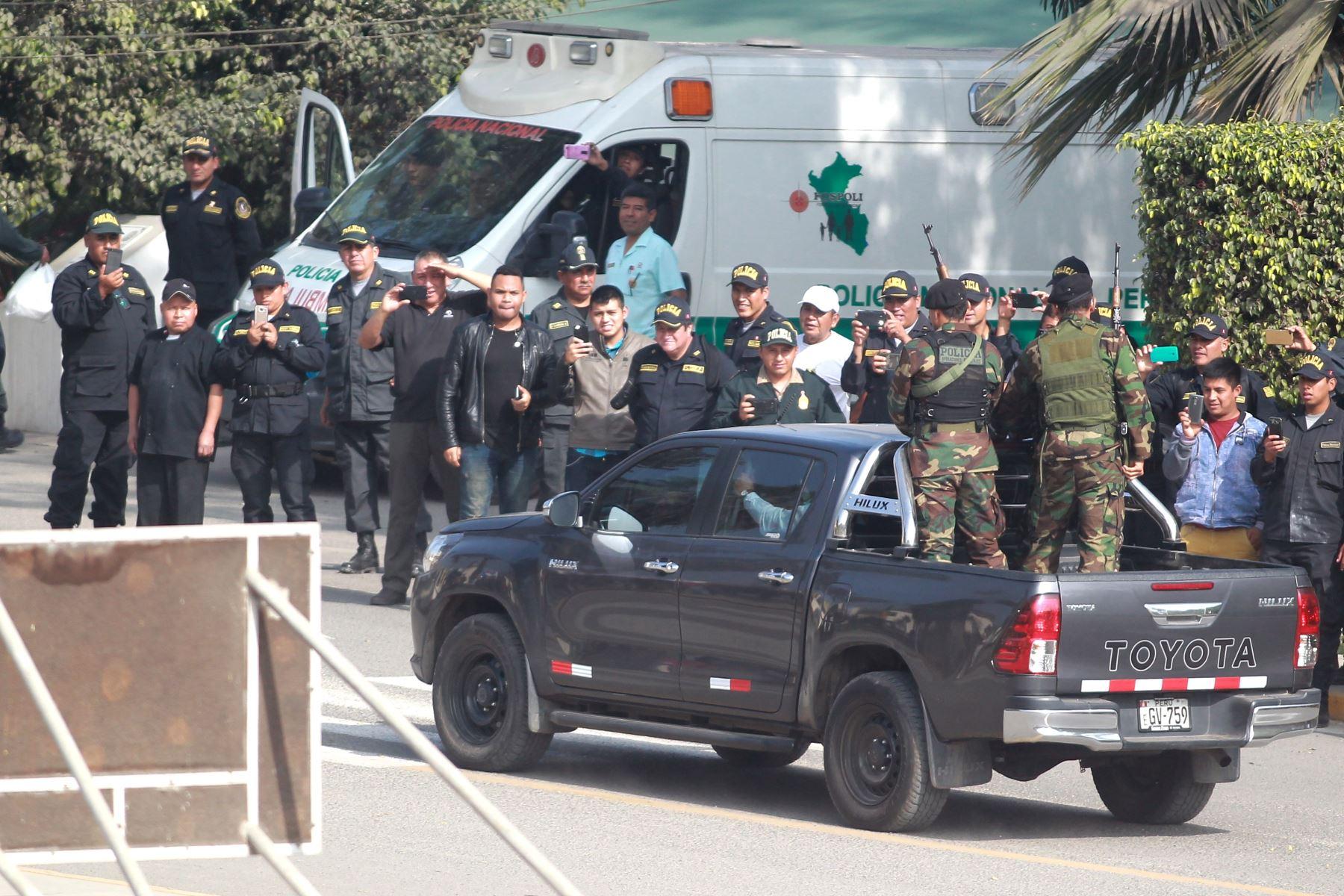 Traslado de detenidos bajo estrictas medidas de seguridad