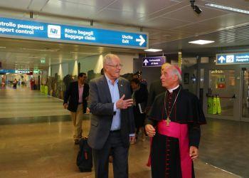 El presidente Kuczynski fue recibido por el jefe de Protocolo de la Santa Sede, monseñor José A. Bettencourt.