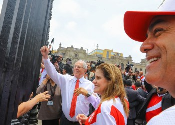 La premier Aráoz espera que Perú derrote 2-0 a Colombia.