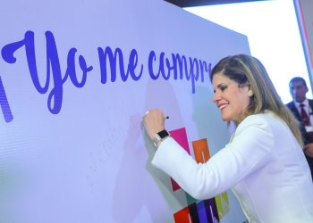 La premier Mercedes Aráoz firmó su compromiso por el desarrollo y la inclusión social.