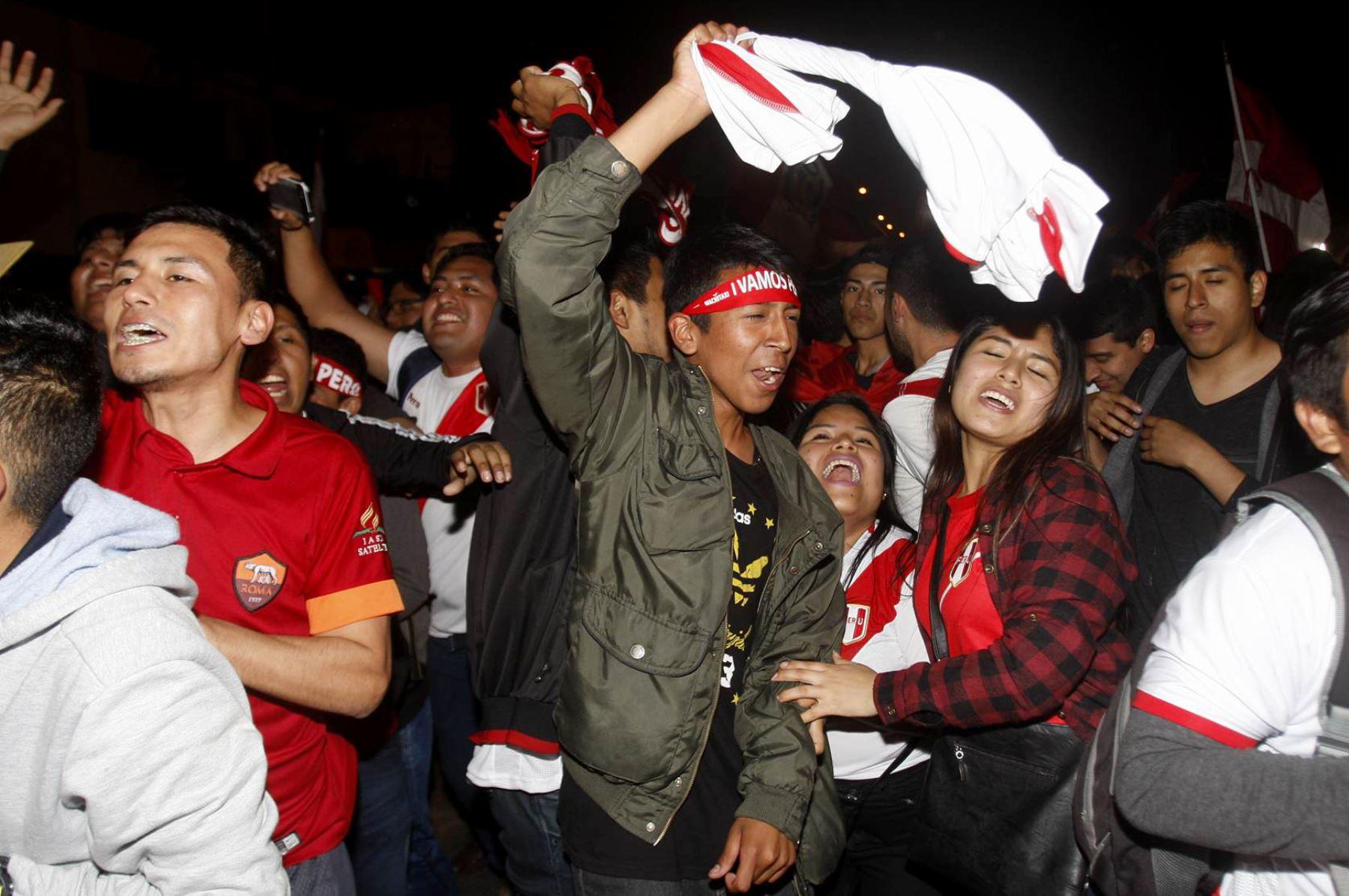 Hinchas peruanos mantienen las esperanzas