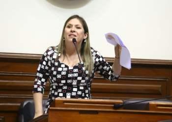 La parlamentaria Yeni Vilcatoma planteó al Pleno asumir la responsabilidad de la vacancia al presidente Kuczynski.