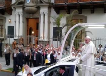 El Papa Francisco saludó y bendijo a los fieles.