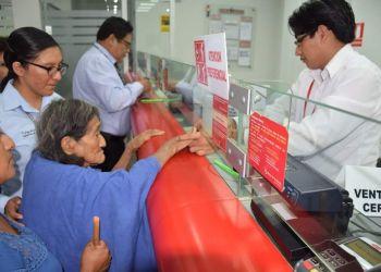 Señora Enriqueta Shumpate durante su primer cobro de Pensión 65