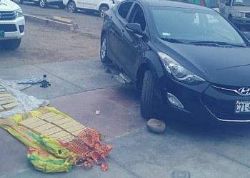 Hallan 30 bloques de cocaína en automóvil