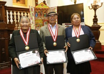 """Mincetur entregó medalla """"Joaquín López Antay"""" a artesanos de Ayacucho y Cusco"""