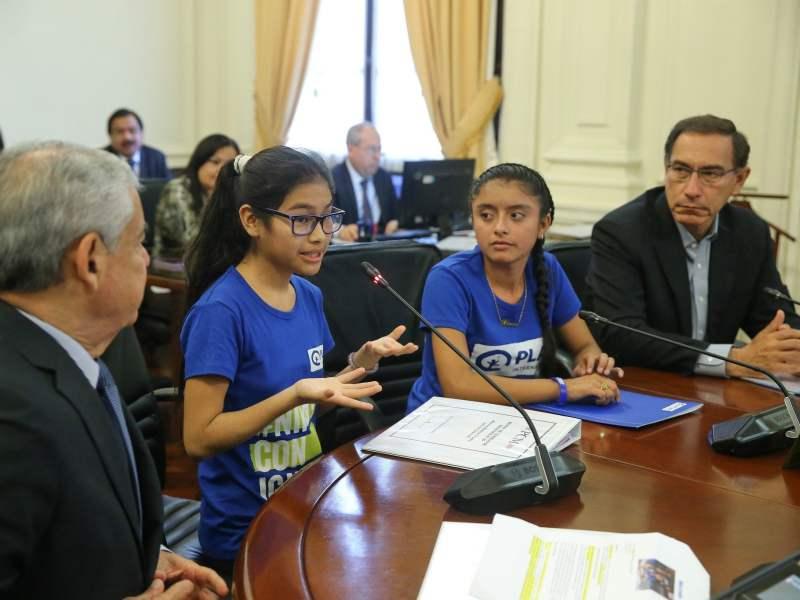 Presidente Vizcarra y titular de la PCM ceden sus cargos a dos niñas