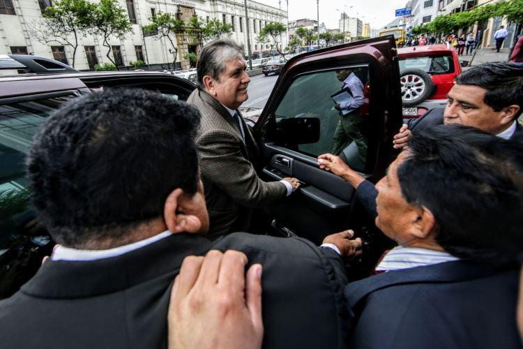 Alan García baja de auto