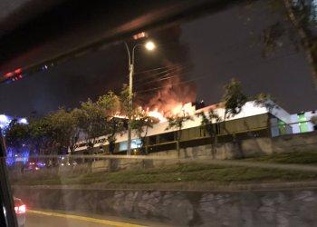 Gran incendio afecta inmueble en La Victoria y moviliza a bomberos